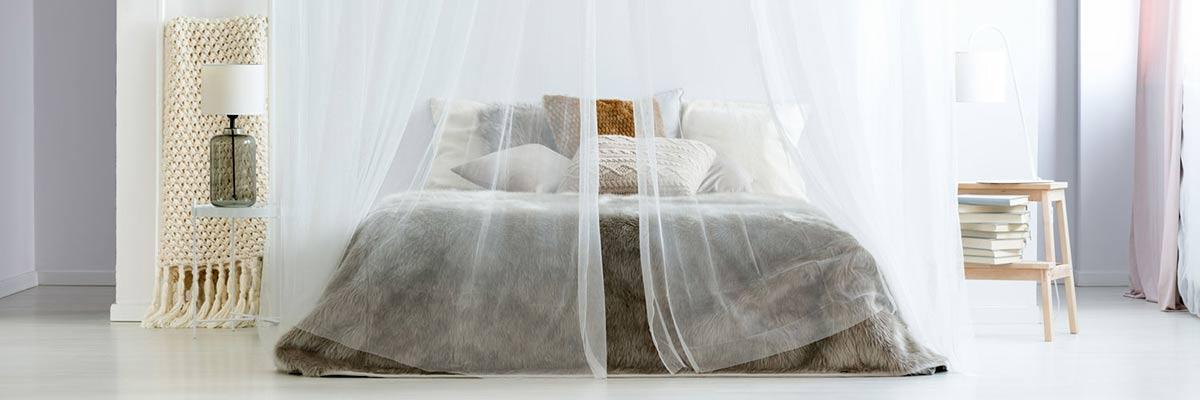 Moskitonetz am Bett